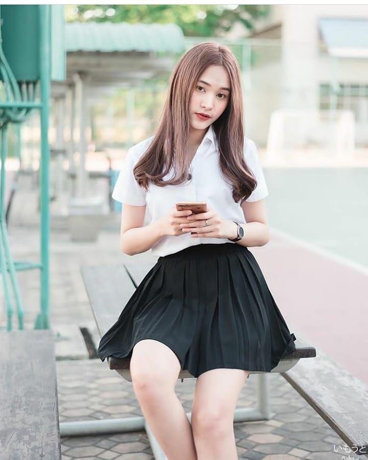 """เน็ตไอดอล Thailand 🇹🇭 on Instagram: """"Can you love me ♥️ @emmyntkks  #เน็ตไอดอล #ผู้หญิง #นักเรียน #นักศึกษา #สาวสวย #น่ารัก #มห…   ผู้หญิง,  สาวมหาลัย, กระโปรงสั้น"""
