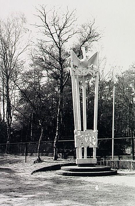 Monument ter nagedachtenis aan Joe Mann in het Natuurtheater aan de Sonseweg, vervaardigd door beeldhouwer A. Berentsen  RHCe : Hagens, G.L. (fotograaf) - 1986