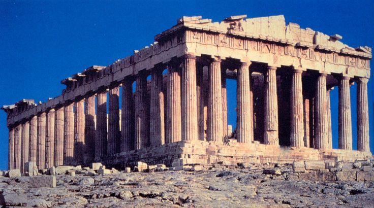 """Partenone; 447-432 a.C.; costruito dagli architetti Ictino e Callicrate sotto la supervisione di Fidia; marmo pentelico; Acropoli di Atene.  Questo tempio è dedicato alla dea Athena Parthenos, cioè ad Atena Vergine, e prende il nome proprio dal termine """"parthenon"""", che in greco significa """"stanza delle vergini""""; qui infatti, le vergini ateniesi tessevano e ricamavano il peplo da offrire alla dea Atena."""