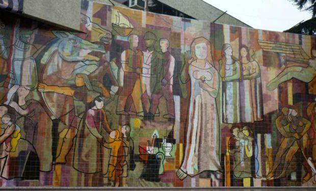 """El mural """"El encuentro"""", de Fernando Marcos, se ubica en el frontis de la municipalidad de San Miguel."""