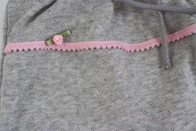 Очень удобный One Piece. Серая трикотажная ткань, с помпоном оплетка и один розовый наконечник оплетки делают украшает комбинезон для абсолютной любимый кусок. Белые кнопки упрощают...