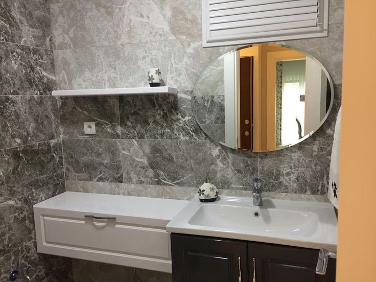 #banyo dekorasyonu #banyo tasarımı #şık #özel tasarım banyo tezgahı #banyo dolabı #ferah #mermer görünümlü seramik #fiori de pesca #led ışıklı banyo aynası