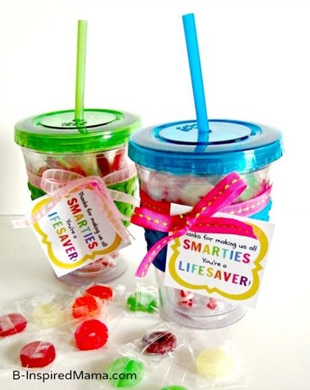 Easy Teacher Appreciation Gift Idea, with a FREE printable!  A tumbler full of Smarties & Life Savers, SOO cute & easy!!!