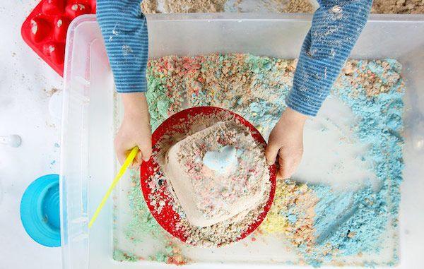 Cómo hacer arena mágica casera, una receta muy sencilla y económica que regalará horas de diversión a los peques. Aprende a hacer tu propia arena mágica.