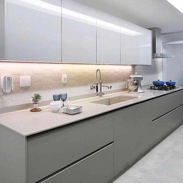 Quando o simples é tudo {} Cozinha com tons de branco e cinza e destaque para a fita de led que ressalta o revestimento e ilumina a bancada de trabalho Foto Mariana Orsi