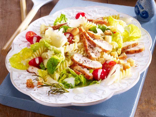 Unser beliebtes Rezept für Chicken Caesar Salat mit Pasta und mehr als 55.000 weitere kostenlose Rezepte auf LECKER.de.