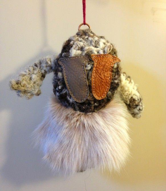 てるてるぼうずです。雲を司る神様です。素材…羊毛(手紡ぎ)・革・ファーサイズ…20×17×4cm ハンドメイド、手作り、手仕事品の通販・販売・購入ならCreema。