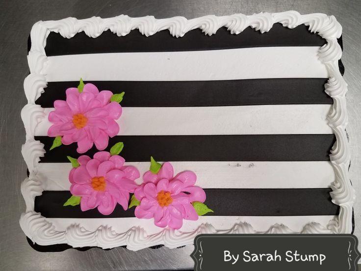 Gestreifte rosa Blütenblätter Schwarz-Weiß-Torte – von Sarah Stump …   – Blechkuchen