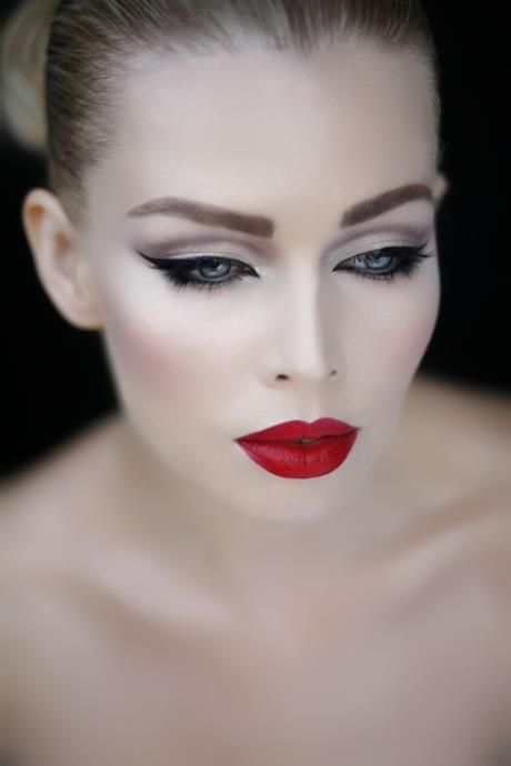 Neutral cut crease, winged linger, and ruby red lips. CLASSIC!