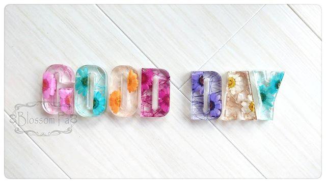 """新的創意~~ 字母裏不止有花,還有彩色的脈絡,Crystal Letter可貼在浴室鏡櫃,每日起床洗漱時看到彩色的 """"GOOD DAY"""", 願各位都有美好的一天~~ 天天新款,價格不變~~ 匙扣$50@  淨字$30@"""
