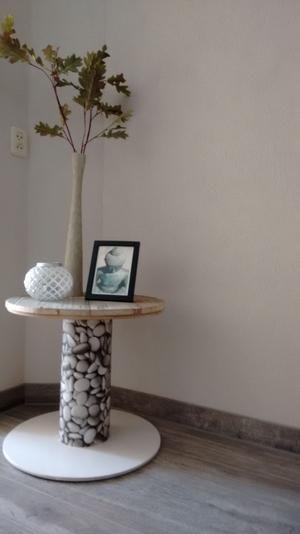 Kabelhaspel met schuttinghouten blad. Om het middenstuk heb ik behang geplakt. De onderkant, voet, heb ik geschilderd.