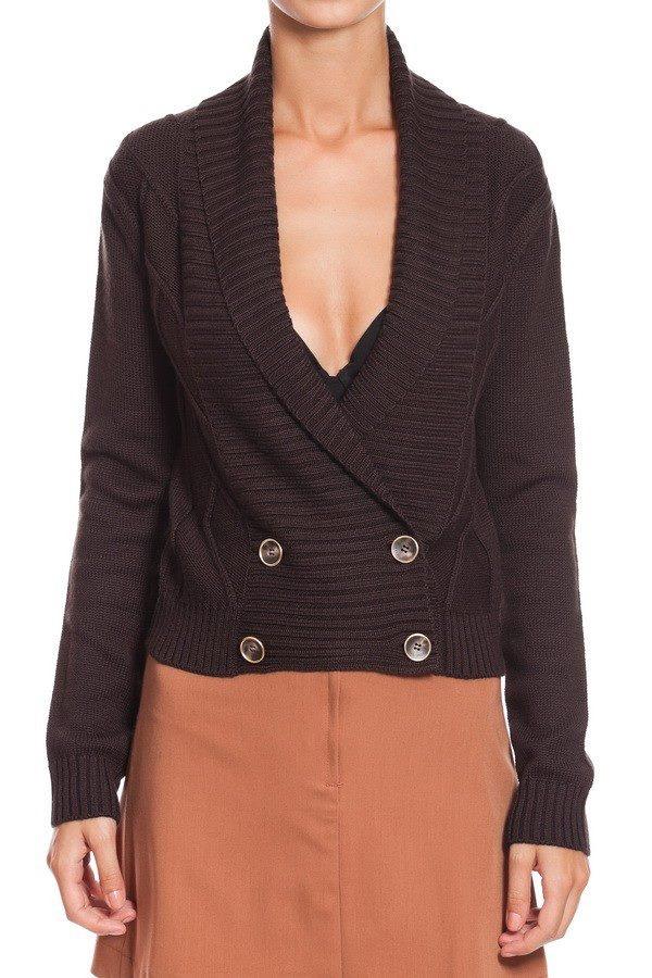 Jacheta tricotata cu guler sal - Maro.    Un must have al oricarui sezon rece il reprezinta tricotajele.    Jacheta scurta este o piesa clasic-moderna care, la perioade neregulate de timp, are tendinta de a reveni in preferintele designerilor.    Poarta cu incredere o jacheta din lana cu o pereche de pantaloni de piele sau jeans pentru o aparitie stylish.         Culoare: Maro    Compozitie: 50 % lana, 50% acryl.