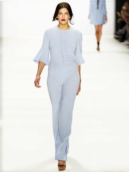 Ewa Herzog zeigte gewohnt knappe Outfits mit viel Spitze in soften Pastelltönen. Der Overall in Himmelblau ist unser absolutes Lieblinsoutfit der Kollektion!