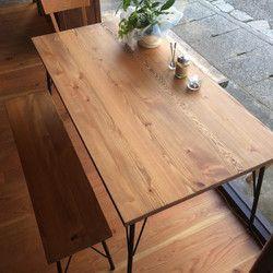 北欧アンティークテイストでラスティックなダイニングテーブル。飴色の家具って心が落ち着き癒されますね。 素材にはカラマツの無垢材を使用、植物系天然塗料(リボス)と蜜蝋ワックスで仕上げた100%ピュアなテーブルです。*ラスティックとは「素朴な、田舎風の、粗削りな」という意味で、素材の味(節、元キズ)をそのまま活かした自然感あふれるテイストのこと。お色はナチュラルブラウン色天板の厚みは30ミリです。脚はつや消しブラック塗装テーブルサイズW140*D75*H71ベンチサイズ  W120*D30*H41*脚の部分は組み立て式になっています。『受注製作の為10日間ほど納期が掛かりますのでご了承下さい』