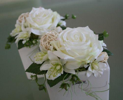 Kostka s růžemi a orchidejemi v krémové
