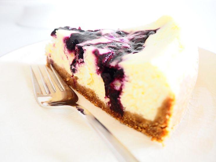 Ostekake med blåbær – jeg kan jo ikke gi meg riktig enda med blåbærbaksten… Eldstemann hadde bursdag forrige uke, og da ble det bakt til den store gullmedaljen. Ikke fordi vi skulle være så mange rundt bordet, men fordi jeg hadde så mye jeg hadde lyst til å prøve. Etter å ha bakt denne, fikk jeg lyst til å prøve en mindre form enn denne på 26 cm for en høyere kake, og en annen måte for stekingen; damping. Dette kan du lese om i neste innlegg om ostekake med jordbær. Ønsker du å lage en liten…