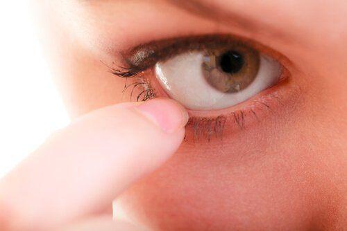 El alivio de los ojos irritados se puede conseguir con la aplicación de algunos remedios naturales. Hoy te compartimos 7 de ellos para que los apliques.