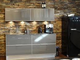 Stilrent kök med en vägg som skapar värme och djup.
