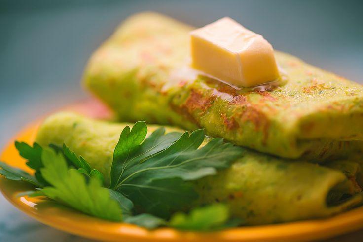Шпинат является замечательной красочной добавкой к любым блюдом! И если добавить его в тесто для блинчиков, то они получатся не только красивими и вкусными, но и ооочень полезными! Особенно это важно ранней весной, когда вокруг еще уныло и серо, а так хочется солнечности и яркости      Блинчики со шпинатом очень вкусны с начинкой из несладкого творога с зеленью! И, представьте себе, это блюдо прекрасно подойдет тем, кто очень тщательно следит за фигурой  Приятного аппетита!