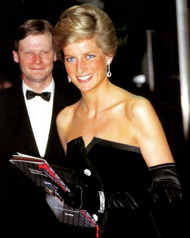 """05 March 1989: Princess Diana smiles to the press cameras as she departs The Canon Cinema in London after attending the film premiere of """"Dangerous Liaisons"""" ■"""