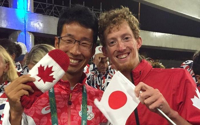 リオデジャネイロ五輪の陸上男子50キロ競歩で、順位の判定が二転三転する騒動の末4位になったカナダのエバン・ダンフィー選手が22日、自身の短文投稿サイト「ツイッター」に銅メダルを獲得した荒井広宙選手(自衛隊)とのツーショット写真を投稿した。閉会式の際に撮っ