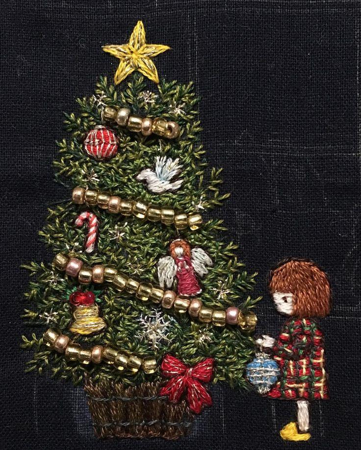 #刺繍絵 途中経過です。 #クリスマスツリー が出来上がりました。 時間かけ過ぎて、 ヘトヘトですヽ(´o`; 詳細はブログに書きましたので、 興味があれば遊びにきて下さい♩ : : #クリスマス #刺繍 #チェック #ワンピース #embroidery #handembroidery #ちくちくくまこ #オーナメント #天使 #キャンディケーン #星 #モミの木 #キジバト #リボン #ベル #christmas