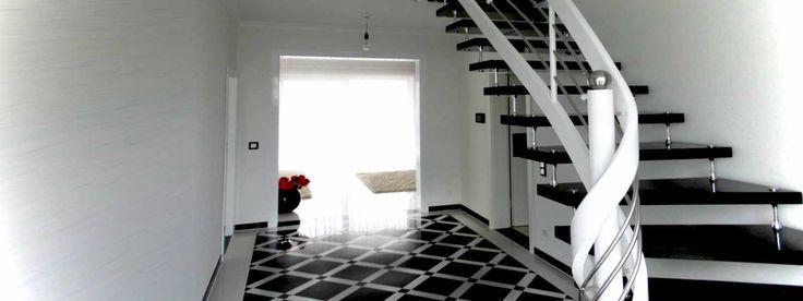 Freitragende Treppe in schwarz aus Granit mit Edelstahlbolzen
