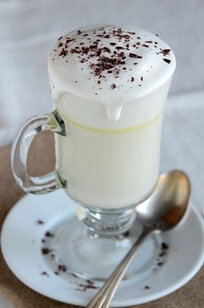 БЕЛЫЙ ГОРЯЧИЙ ШОКОЛАД   Ингредиенты:   Молоко обезжиренное  1 ст.   Шоколад белый 60 г   Ваниль 0,5 ч. л.    Соль 1 щеп.   Сливки взбитые 3 ст. л.    Шоколадная стружка 2 ч. л.    Смешайте молоко, белый шоколад и соль в средней кастрюле. Поставьте на средний огонь, доведите до кипения, затем уменьшите огонь и варите 2 минуты помешивая. Подавайте в горячем виде, украсив взбитыми сливками и шоколадной стружкой.
