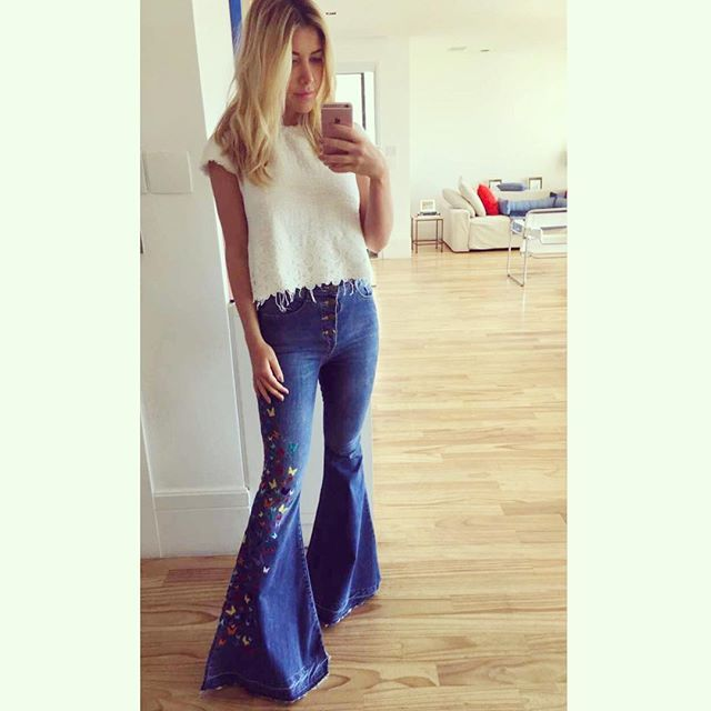 Jeans, forevahhhh! Combinação do domingo: calça flare bordada com mini borboletas Not your basic denim e top da Zara
