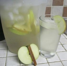 Vida Lúcida: Agua para desintoxicar de Manzana y Canela ideal para dietas reductoras.