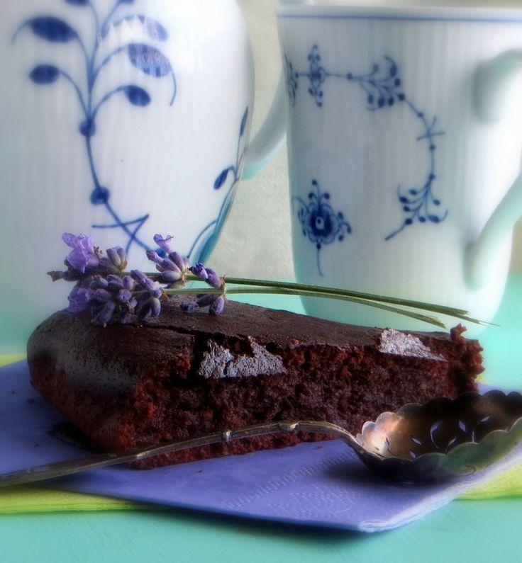 ★Endelig en glutenfri chokoladekage, der smager syndig godt. Værsgo - her er opskriften på en glutenfri chokoladekage uden mælk og sukker men fuld af power.