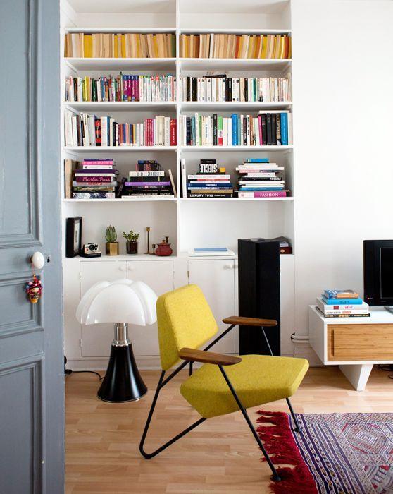 Une lampe Pipistrello posée à même le sol ce marie parfaitement avec le mobilier 60's et coloré, qui souligne ses formes arrondies