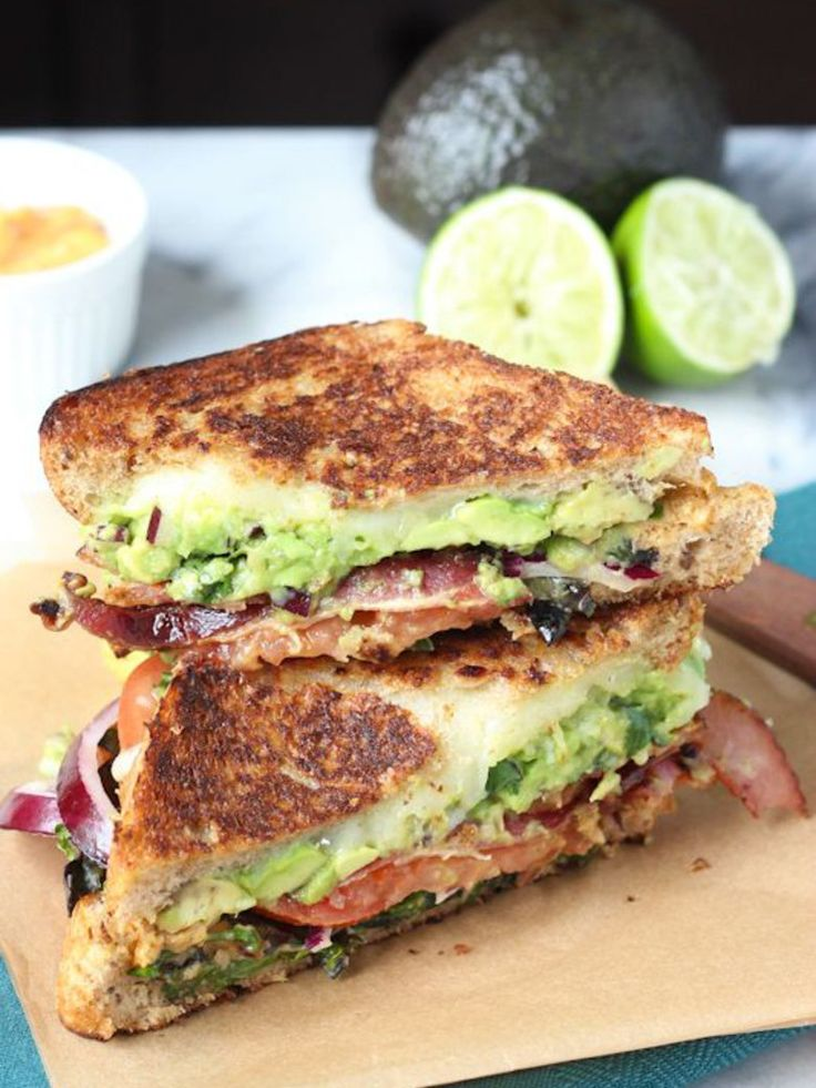 La version californienne du croque-monsieur : avocat, oignons rouges, tomates, fromage et basilic