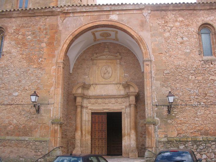 Puerta de entrada de la Iglesia Parroquial Santiago Apostol