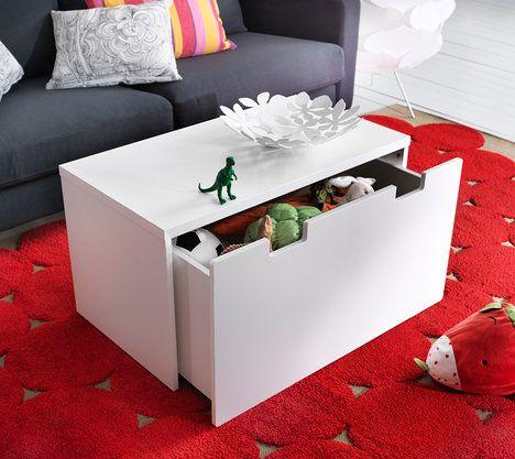 Praktická bedýnka Stuva Målad s výsuvným úložným prostorem poslouží jako lavice v předsíni, odkládací stolek v dětském pokoji nebo jako konferenční stolek v obýváku, cena 690 Kč; IKEA