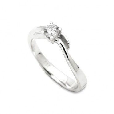Πολύ ιδιαίτερο μονόπετρο δαχτυλίδι λευκόχρυσο Κ18 με διαμάντι, καμπυλωμένο και ανοιχτό στο επάνω μέρος του   Κοσμήματα ΤΣΑΛΔΑΡΗΣ στο Χαλάνδρι #brilliant #διαμάντι #μονόπετρο #δαχτυλίδι #λευκοχρυσο