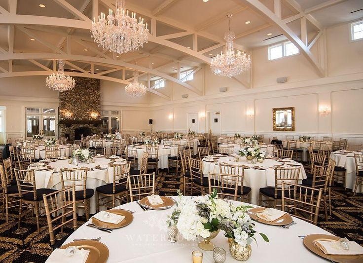 Fresh natural and elegance florals for this beyond gorgeous reception at Lake Norman! Photo | Waterhouse Photography #amylynneoriginals #ourfocusisflowers