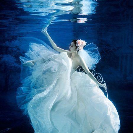 Hochzeitskleidhochzeitsphotographie unter Wasser – #fotografiedessous