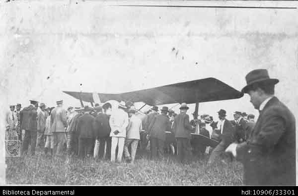 Jorge Terreros. Arribo del primer avión a la hacienda Santa Bárbara. PALMIRA 1921: Biblioteca Departamental Jorge Garcés Borrero.