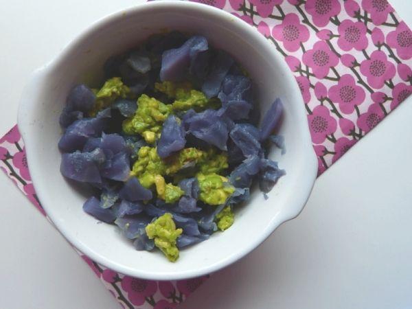Insalata di cavolo viola, avocado e pinoli