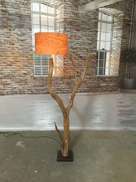 Pied de lampadaire de branche de chêne ancien patiné sur pierre noire. Disponible avec différents abat-jour.  Bois de placage en deux coloris érable. ou cerise 1ère photo. environ 50 x 30 cm de haut. Blanc. ou gris photo 5. toile de lin dans environ 50 x 25 cm de haut. autres couleurs sur demande. Voir les finitions.  Le câble électrique est presque invisible... La lampe est environ 180 cm de hauteur, y compris les abat-jour. La branche de chêne est, bien sûr, altérée et vent séché dans la…
