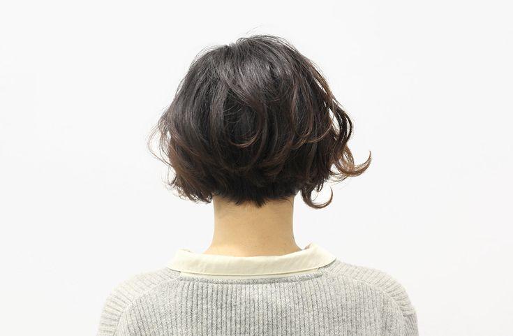 思いっきり前髪を短くしても、子どもっぽくならないように、大きめのカールで女性らしさを演出。 ボブスタイルの中でも、ひと味違った遊び心を忘れないスタイルです。マンネリ化脱出には、前髪の長さを変えること、パーマをしてみること。