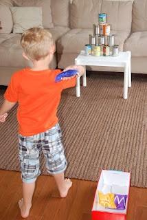 Blik gooien. Zelf speelgoed maken, goedkope doe-het-zelf tips voor kinderen van Speelgoedbank Amsterdam   /DIY Carnival Can Bean Bag Toss