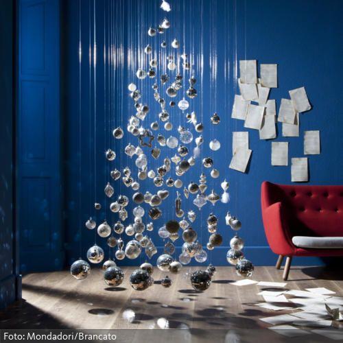 Ein magisches Weihnachtsfest: Mit schwebenden Christbaumkugeln wird ein Weihnachtsbaum angedeutet. Dazu einfach die Kugeln an unterschiedlich langen Fäden von der…