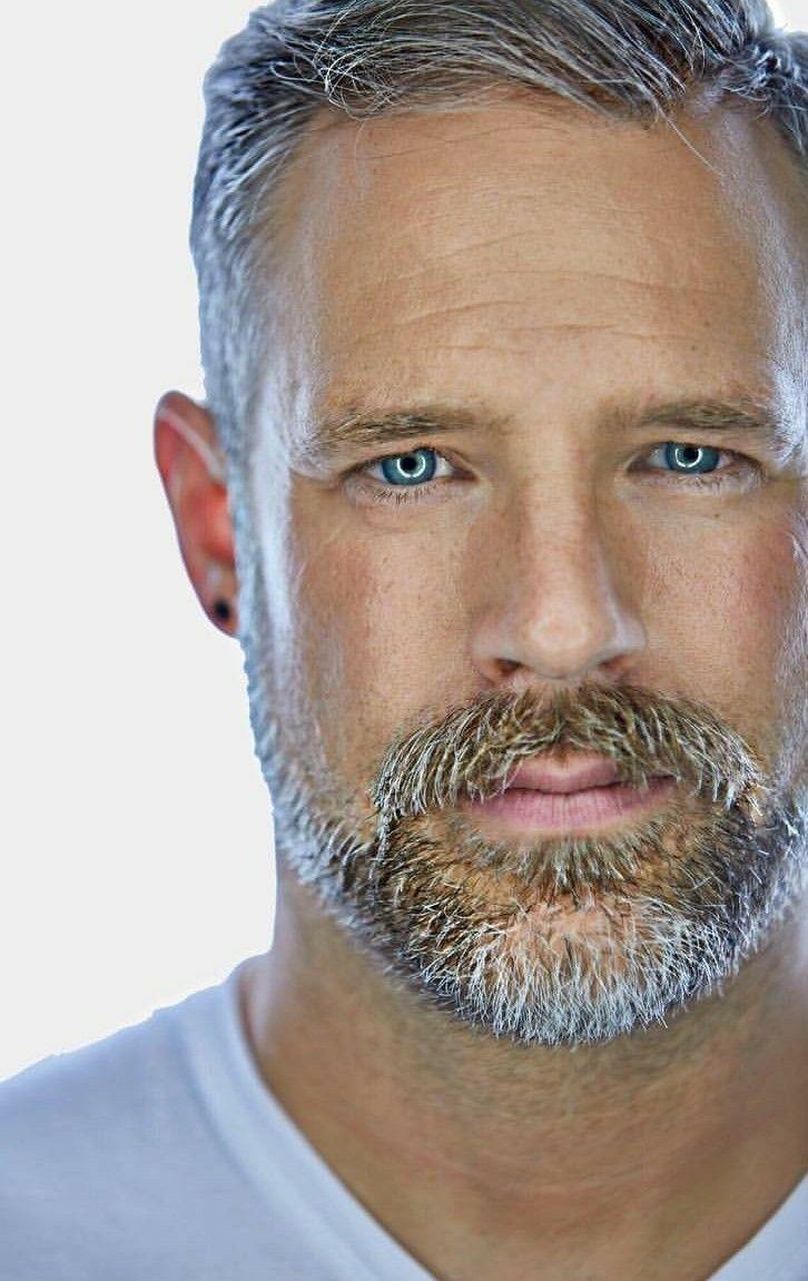 Handsome Man Manner Frisur Kurz Herrenschnitte Graue Haare
