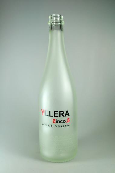 VITRIGLASS ha trabajado con el famoso Grupo Yllera en su familia de vinos Verdejo y Rosé Frizante denominados 5.5, un trabajo de serigrafía y recubrimiento sobre una botella muy especial. www.vitriglass.es