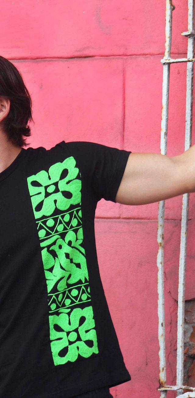 Marca mexicana de playeras y blusas bordadas con diseños típicos de Oaxaca. Cada  prenda de corte juvenil y fresco es bordada a mano por manos mazatecas. 712591c518c27