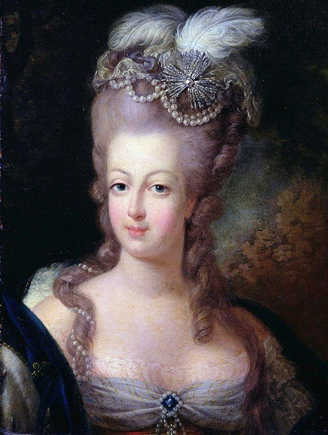 В середине XVIII века носили прическу «тапи» - взбитые завитые волосы, уложенные высоко надо лбом. Также в моде были прически с яйцевидным силуэтом