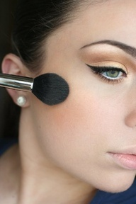 Cat Eye Make-up: use a nude lipstick to not over do the look