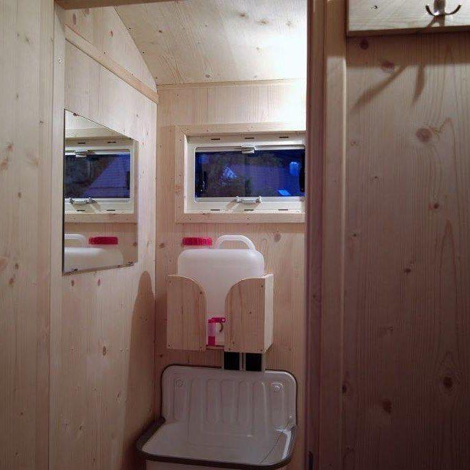 Der Gottlifant Ist Der Naturliche Wohnwagen Mit Wc Schlafzimmer Und Wohnzimmer Holzwohnwagen Wetterschutzwagen Schaferwagen Cam Schaferwagen Wohnen Garten